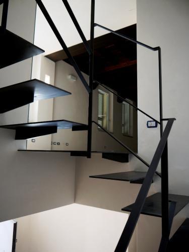 Dettaglio dei gradini sospesi in metallo