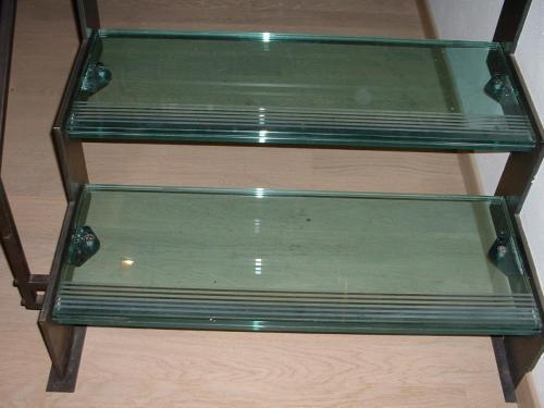 Dettaglio dei gradini in doppio vetro temperato