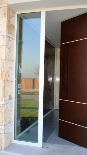 Particolare del serramento su misura a vetrata