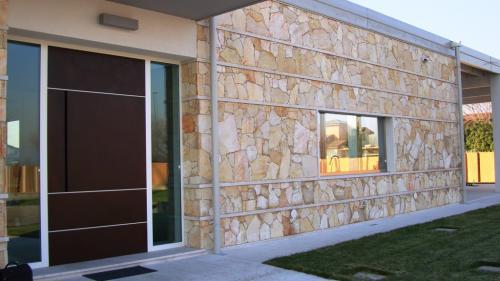 Porta e finestra in contesto moderno