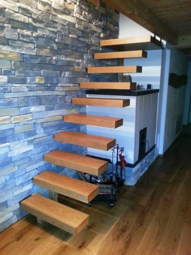 Scala con gradini sospesi in legno