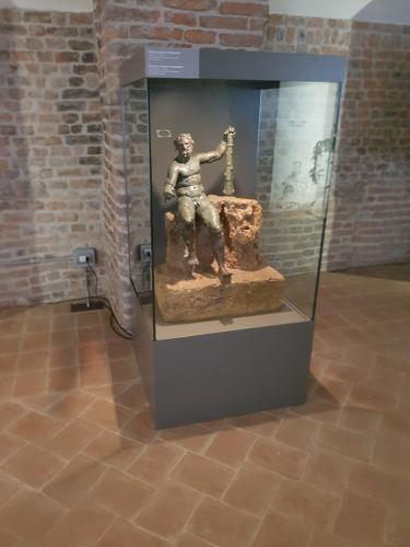 teca con statua in bronzo